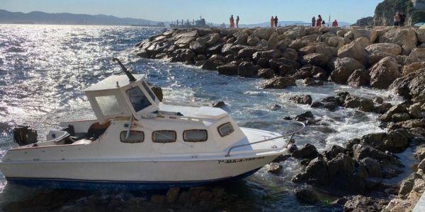 شرطة جبل طارق الملكية شدات مغاربة بعد اصطدام القارب ديالهم مع صخور شاطئية