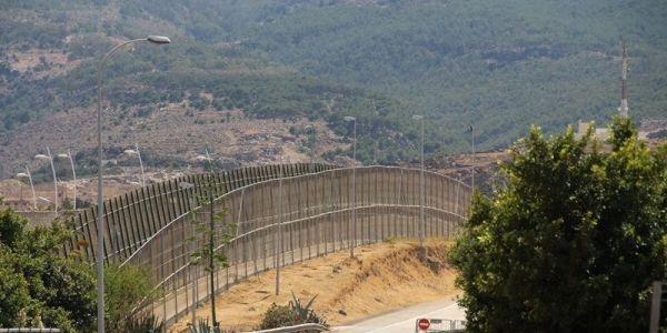 قوات الامن المغربية منعات مجموعات كبيرة من الحراگة الأفارقة بغاو يقتاحمو الگرياج الحدودي مع مليلية