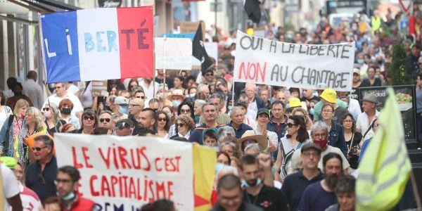 """فرنسا مقلوبة.. احتجاجات  ضد """"الپاس سانيتير"""" والآلاف خارجين للشارع والبوليس تبليسا – تصاور وفيديو"""