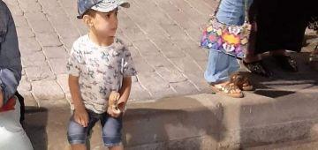 ولد صغير تالف فطنجة.. مو ركبات فالطوبيس رقم 12 وبقا هو فالشارع بوحدو