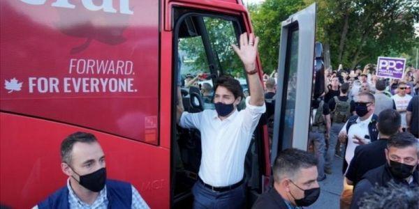 """كندا.. متظاهرين جراو على رئيس الوزراء """"ترودو"""" بالحجر – فيديو"""