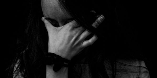 """ها علاش خاص تقنين الدعارة وضبط التجاوزات. إيمان عاودات لـ""""كود"""" على ليكسبيريون ديالها: قهاوي كيستغلو جنسيا البنات اللي كيقلبو على خدمة وكيطمعوهوم بالفلوس وأنا تقهرت"""