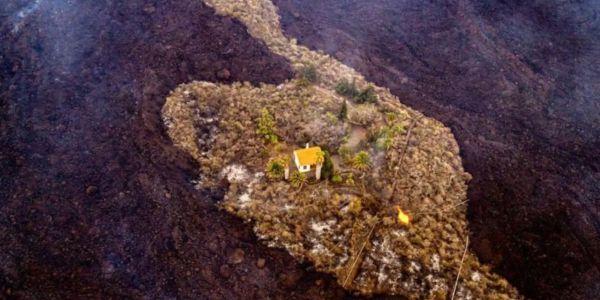 """بحال شي جزيرة صغيرة.. دار بقات صامدة وسط بركان """"لابالما"""" فـ كناريا – تصاور و فيديو"""