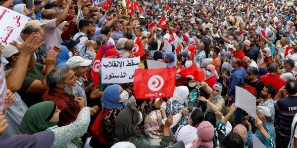 نايضا فتونس على قيس سعيد.. والآلاف من التونسيين فالشارع: يسقط الانقلاب – فيديو