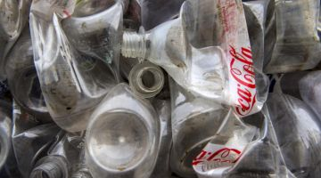 """تقرير صادم : """"كوكا كولا"""" هي بطلة العالم ف التلوث بالنفايات البلاستيكية"""