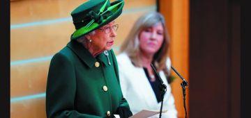 """بكل لباقة.. إليزابيث الثانية رفضات لقب """"عجوز السنة""""– تغريدات"""