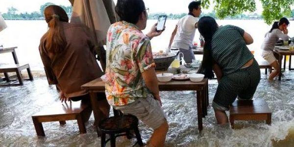 كوارث كتجيب الخير!.. ريسطو ولى من أشهر البلايص فـ التايلاند بسباب الفيضانات – فيديو