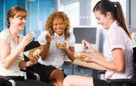 كارثة صحية.. تناول الطعام في المكتب