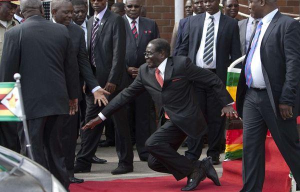 دنوب المغرب خرجت في رئيس زيمبابوي وطيحاتو على الأرض- فيديو