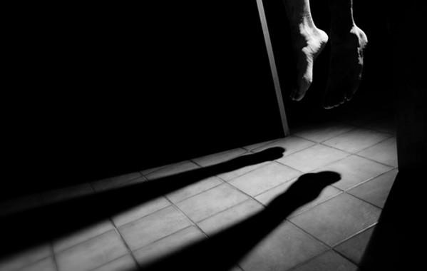 """مغربي ثلاثيني ينتحر داخل مقر الشرطة بمدينة """"ريدجو كالابريا"""" بإستعمال أكمام قميصه وها علاش"""