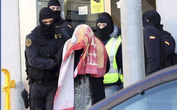 بالفيديو. السلطات الاسبانية تعتقل أسرة مغربية بأكملها وتفتش منزلها بشكل دقيق بتهمة إرسال المجاهدين، ومن ضمن المعتقلين قاصرين