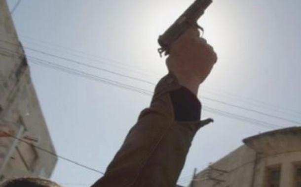 شاعلة قرطاس فطنجة. رجل أمن يستعمل مسدسه وها علاش