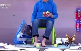 """طفل صيني عبقري أبهر لجنة برنامج مواهب الاطفال وقدر يحل ثلاث مكعبات """"روبيك"""" في دقيقة + فيديو"""