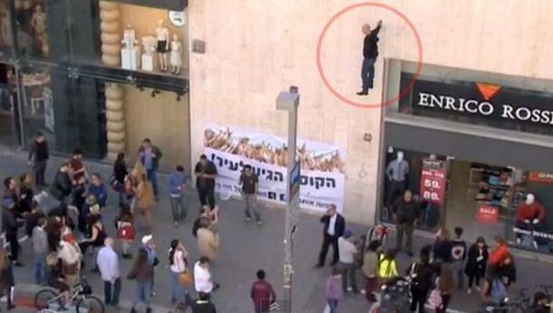 ساحر  اسرائيلي معلق ف الهواء بيد واحدة- فيديو
