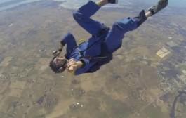 فيديو مرعب لشخص شدوه لهوايش حتى نقز من الطيارة