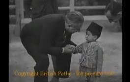 فيديو داير هاد الاسبوع. الحسن الثاني كيغني وهو حشمان ملي كان عمرو ثلاث سنوات