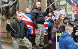 نايضة ضرب وركل بين حركة عنصرية فبريطانيا ومناهضين للحركة والشرطة تتدخل لفض الاشتباكات + فيديو