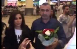 شوفو اش دارت اليسا مع معجبة ديالها ف مطار الكويت- فيديو