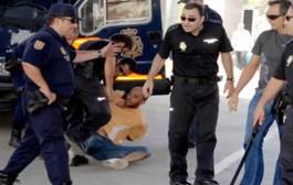 بوليس الصبليون كحلوها. بالفيديو تعنيف مهاجر وضربه ساعة تهجيره نحو بلده من طرف الشرطة الاسبانية