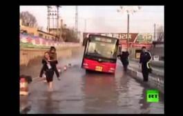 على عكس فاجعة طانطان. عامل مناجم صيني ينقذ 14 شخصا حاصرتهم مياه ساخنة داخل حافلة  + فيديو