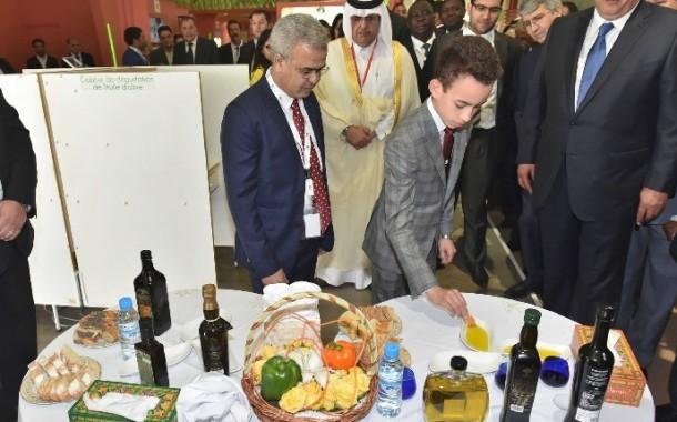 ولي العهد كيغمس الخبز في زيت العود بالمعرض الدولي للفلاحة في مكناس