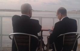 بنكيران خايف من البحر لا يرحل. صورة له رفقة ووزيره في الميزانية تلهب الفايسبوك