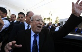 """الرئيس التونسي  حيح على الصحافة الفرنسية أمام فرانسوا هولاند : """"عطيونا بالتيساع.. ميرد"""" – فيديو"""