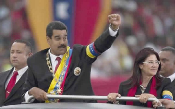 فيديو الاسبوع. قذف الرئيس الفنزويلي بفاكهة على رأسه فأهدى القاذف منزلا وأذاع الامر على التلفزيون!