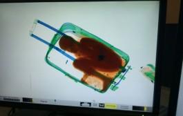 المغربية التي أقامت ضجة في إسبانيا بسبب حقيبة بداخلها طفل إفريقي تنفي علمها بتهريب قاصر وأنها كانت ضحية