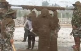 هاد غينيس هبلات الناس. صيني يضع مليون نحلة على جسده ليحطم رقمه القياسي الاول (فيديو)