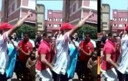 مدافع الوداد العمراني كيشطح مع ولاد دربهم احتفالا بالفوز باللقب (فيديو)