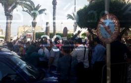 عاجل. محاولات شعبية لإقتحام الشرطة القضائية بالناظور من أجل إخراج معتدي جنسيا على طفلة صباح اليوم والاعتداء عليه  + فيديو