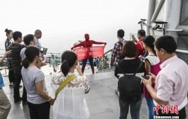 الحب يرجع بنادم عنكبوت. شاب صيني يرتدي ملابس الرجل العنكبوت ويتسلق مبنى شاهق لطلب يد حبيبته + صور