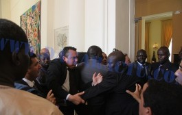 مضاربة خايبة بين حراس الملك محمد السادس وحراس رئيس السنيغال في دكار.. وها السبب (صور العراك العنيف)