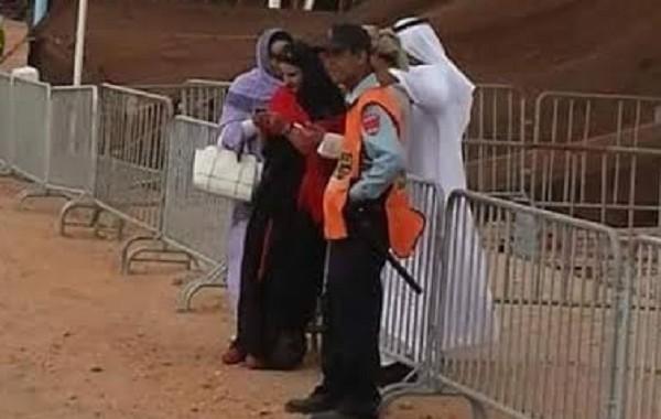"""شرطي يشعل """"الفايس"""" بصورة مع خليجيين ومغربيات بالزي الصحراوي (صورة)"""