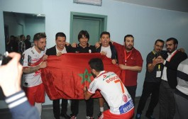 جمهور المغرب التطواني حيح بعد الفوز على الأهلي… وها آش دارو اللعابة للمدرب لوبيرا (صور رائعة)