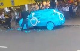 العقاب المتحضر. الشرطة البرازيلية تعاقب سائق ركن سيارته في مكان لذوي الاحتياجات الخاصة بهذه الطريقة (فيديو)