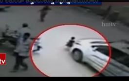 بالفيديو. طفلة هندية فلتات من الموت بأعجوبة بعدما ضربها شيفور جوج مرات بطوموبيلتو