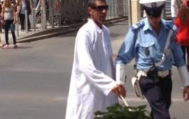 صورة شرطي يعين ضريرا على قطع الطريق تلهب الفايس