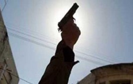 ها السلاح بدا كايجي. إعتقال مهاجر مغربي وهو يحاول إدخال مسدس صوتي للمغرب وها فين شدوه