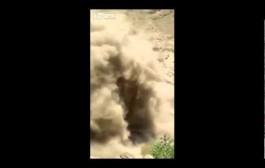 مرعب. بالفيديو انهيار جزئي لجبل في اليمن أثناء مرور السيارات وأحد رعاة الغنم