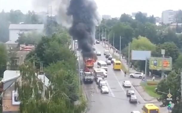 طوبيس باغي لي يونسو. بالفيديو حافلة تحترق وتتحرك لوحدها في إتجاه السيارات لإحراقهم