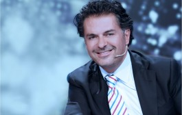 راغب علامة رجع فنان ثوري. أكد من تونس أنه مع ثورة اللبنانيين وأنه دعمهم عبر الانترنت