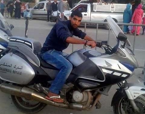 صورة  شاب يلتقط سيلفي مع دراجة رسمية لدركي تشعل الفيسبوك