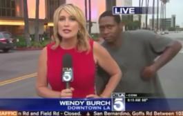 شاب ضرب خلعة مبرعة لمذيعة أمريكية على الهواء مباشرة (فيديو)