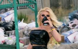 هكذا يحتج الجمال. عارضة أزياء لبسات الزبل للمشاركة في إحتجاجات لبنان وها آش قالت (صورة)