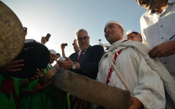 بنكيران كايتهاوش ملي كايشوف أحيدوس. فيديو لرئيس الحكومة يرقص على إيقاعات الفرقة الفلكلورية