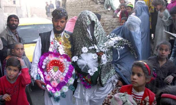 شوفو البوليس كيف داير. رجعو البوم زفاف زوجين أفغانيين فقداه بمطار لوس أنجليس