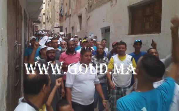 حملة انتخابية بأخطر منطقة في فاس تتحوّل إلى مسيرة احتجاجية ضد شباط وهذا الأخير يُحمل مسؤولية ارتفاع الجريمة إلى الحكومة +فيديو