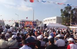ابن كيران السياسي الأكثر شعبية.مئات الأشخاص ينتظرون لأزيد من ساعتين تحت أشعة شمس حارقة وصوله بالبرنوصي وجايبن فابور